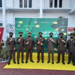 Kejari Karimun, Rahmat Azhar, SH,MH saat foto bersama para Kasi di peringatan HBA ke-61 di depan kantor Kejaksaan