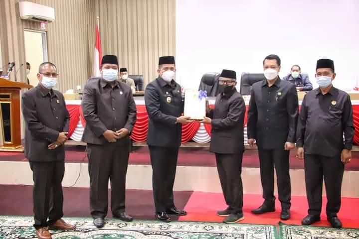 Foto Bupati Kepulauan Meranti H. Muhammad Adil saat menghadiri Rapat Paripurna Di DPRD Kabupaten Kepulauan Meranti.