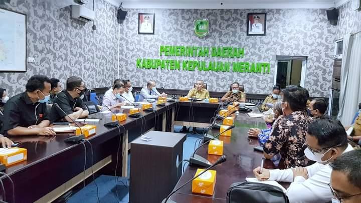 Foto Sekdakab. Meranti H. Asroruddin, memimpin rapat pembentukan Forum.