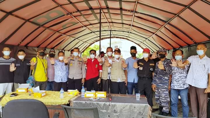 Foto Wakil Bupati Kepulauan Meranti AKBP (Purn) H. Asmar didampingi Sekretaris Daerah Dr. H. Kamsol MM dan Kadiskes Meranti Dr. Misri Hasanto saat melakukan sosialisasi vaksin.