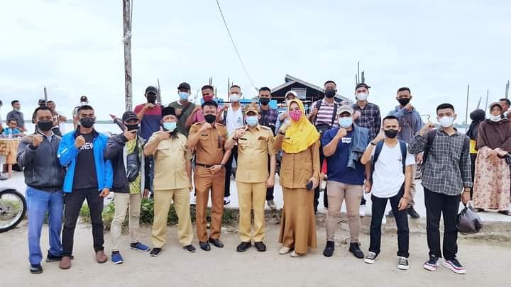Foto Bupati Kepulauan Meranti H. Muhammad Adil SH saat melakukan pelepasan anak-anak Meranti untuk mengikuti pelatihan di Balai Besar Pengembanga Latihan Kerja (BBLK) Banten.