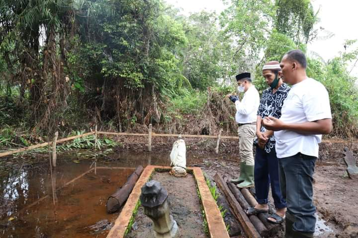 Bupati Meranti H. Muhammad Adil. SH Membacakan Thalil dan Yassin Di Makam H. Sulaiman Bin Nandung Yang Merupakan Leluhur Pendiri Kampung Ayun