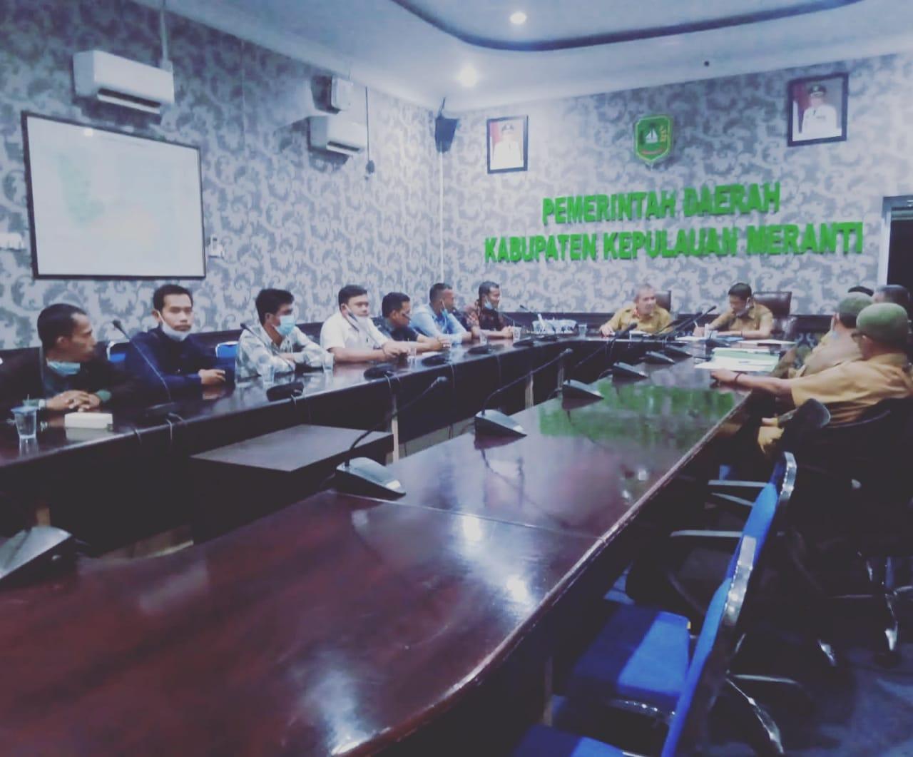 Foto Laskar Muda Melayu Riau (LM2R) bersama bakal calon baik dari desa Banglas kecamatan tebing tinggi maupun Desa Renak dungun Kecamatan Pulau Merbau saat Audensi kepada Sekda Kabupaten Kepulauan Meranti.