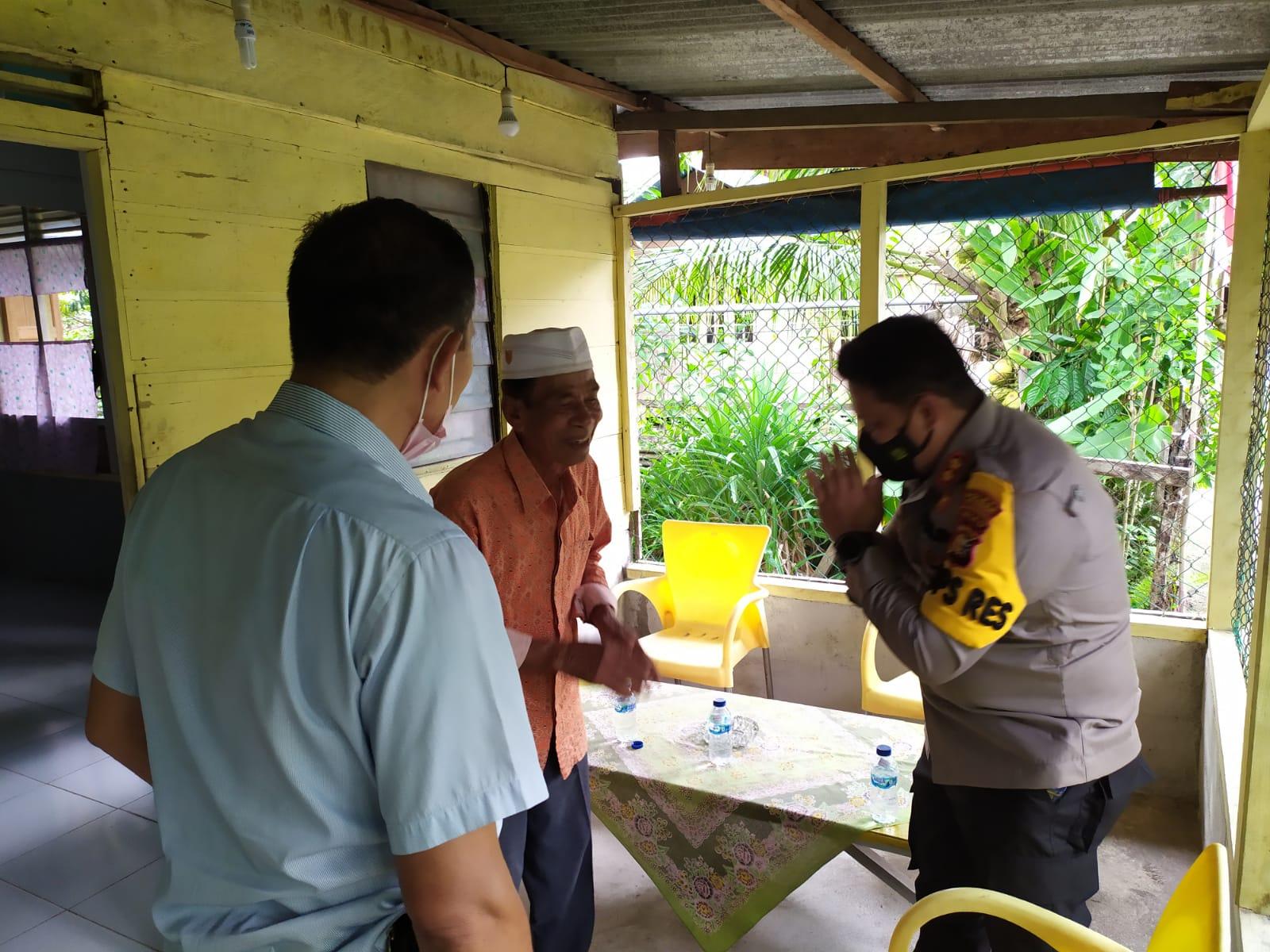 Foto Kapolres Kepulauan Meranti yang baru, AKBP Andi Yul L.T.G SH., SIK., saat bersilahturahmi kepada Ketua Majelis Kerapatan Adat (MKA) LAMR Datuk H. Ridwan Hasan di kediamannya.