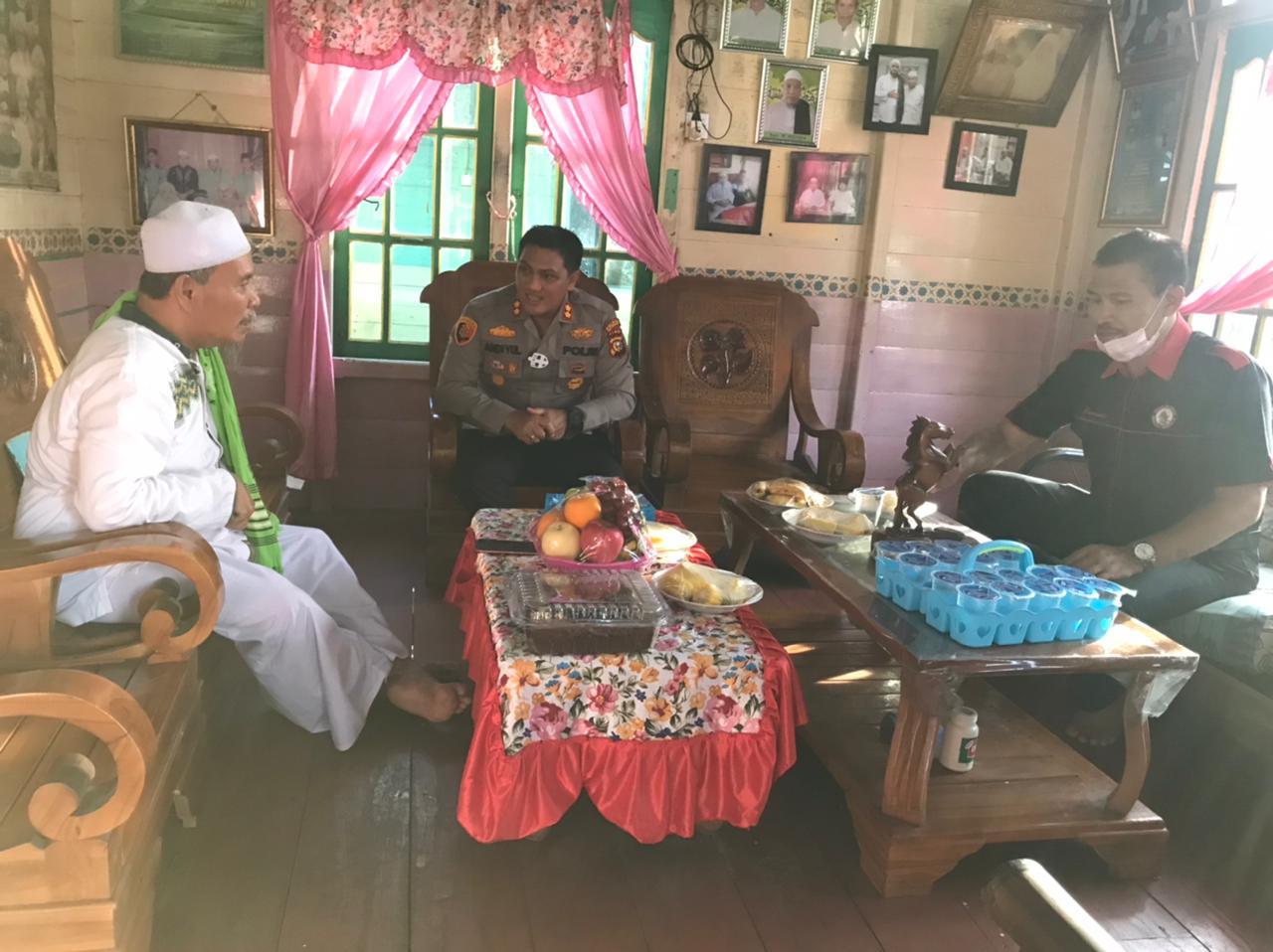 Foto saat Kapolres Kepulauan Meranti, AKBP Andi Yul L.T.G SH., SIK., MH bersilaturahmi ke kediaman Pengasuh Pondok Pesantren (Ponpes) Raudhatul Qur'an, Kyai Mustafa, di Desa Mantiasa.
