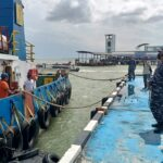 Ket foto: Danlanal TBK, Letkol Laut (P) Puji Basuki bersama pihak terkait saat melakukan pelepasan Kapal Tugboat Asal Malaysia di dermaga Lanal TBK.