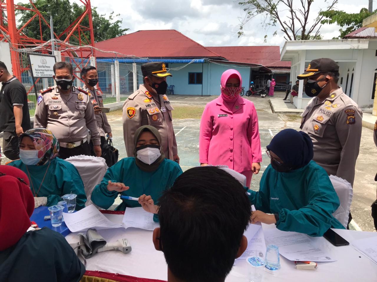 Foto Kapolres Kepulauan Meranti AKBP Andi Yul L.T.G SH., SIK., MH, saat meninjau langsung pelaksanaan vaksinasi.