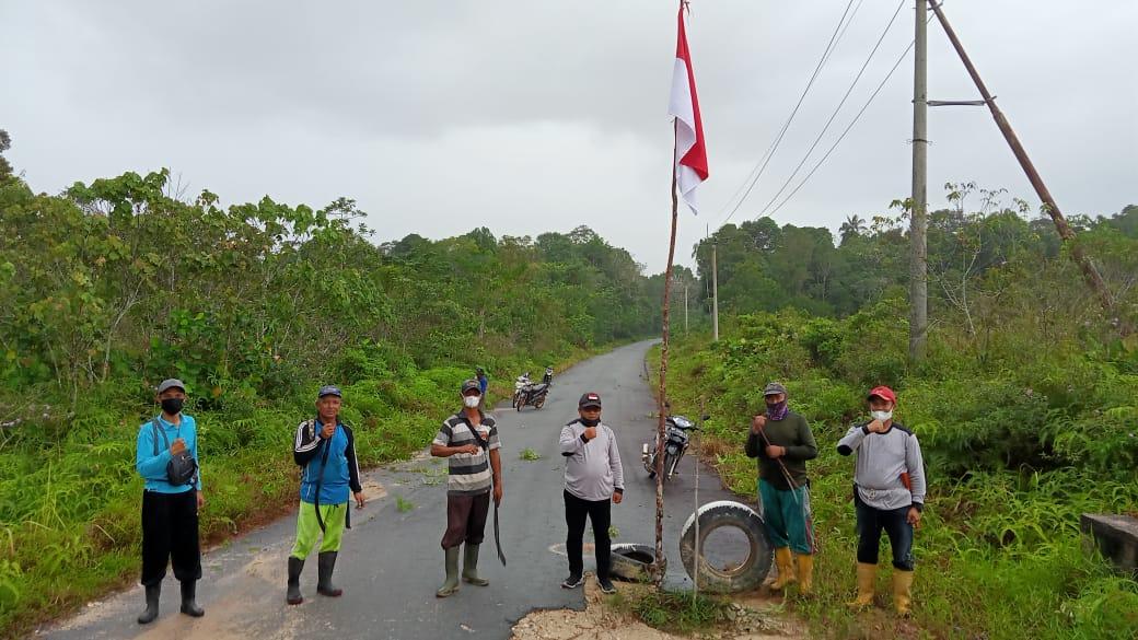 Foto Pemerintahan Desa dan Warga saat menggelar kegiatan Gotong royong.