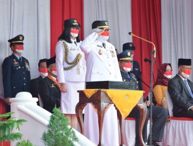 Foto Wakil Gubernur Hj. Marlin Agustina saat menjadi inspektur upacara Di Gedung Daerah Tanjungpinang.