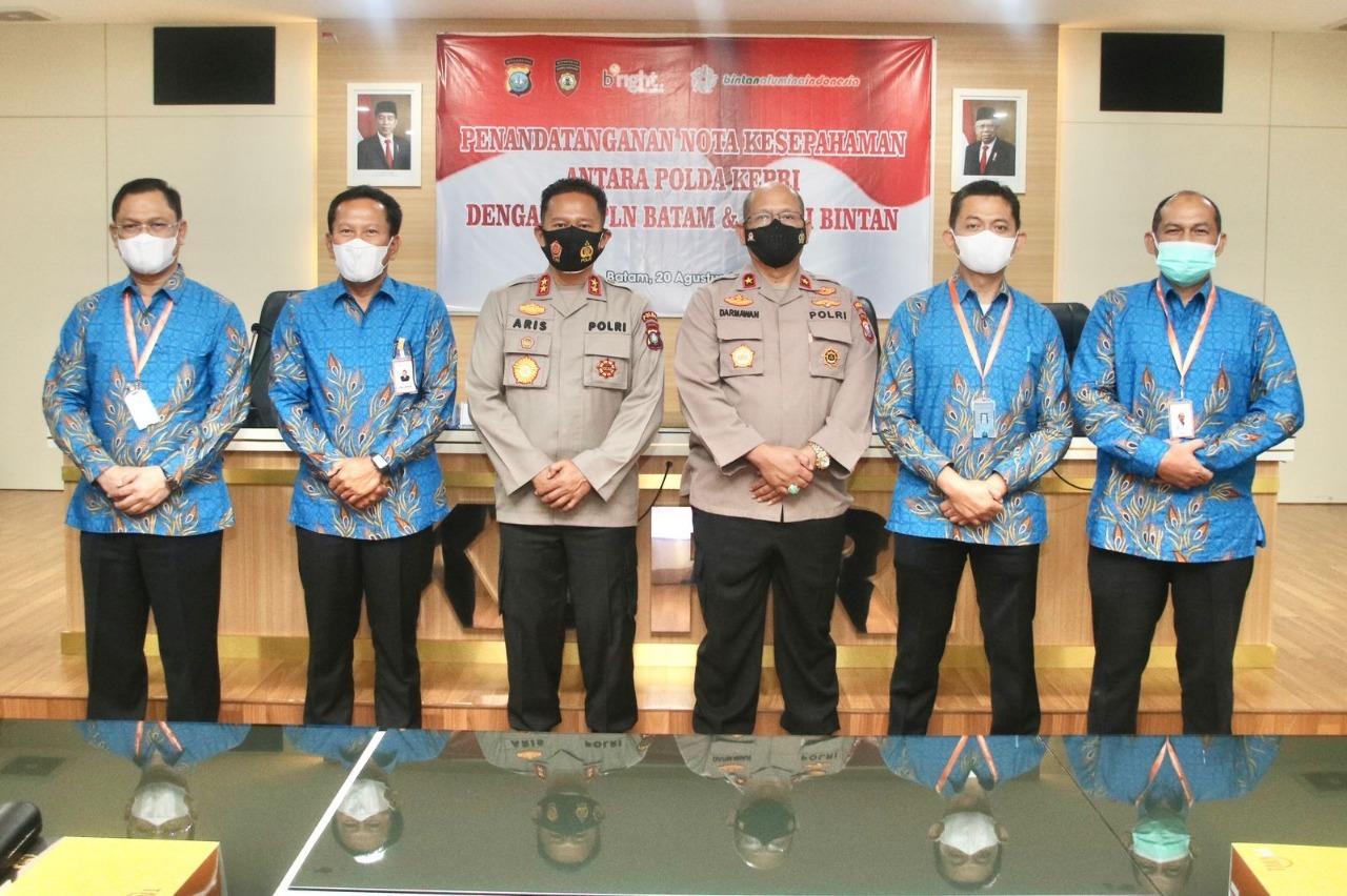 Foto Kapolda Kepri Irjen Pol Dr. Aris Budiman, M.Si,. saat melakukan penandatanganan nota kesepakatan.