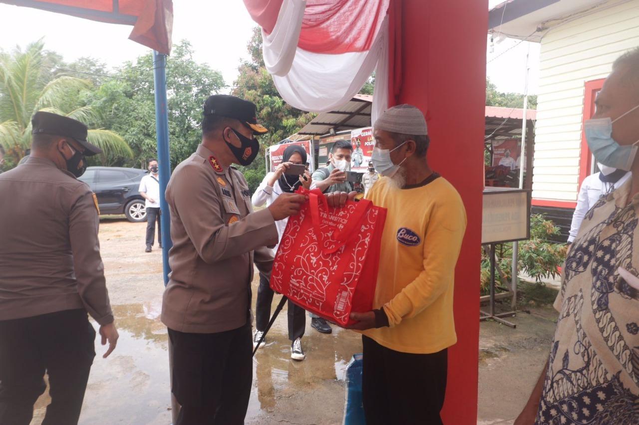 Foto Kapolda Kepri Irjen Pol Dr. Aris Budiman, M.Si., saat melaksanakan bakti sosial.