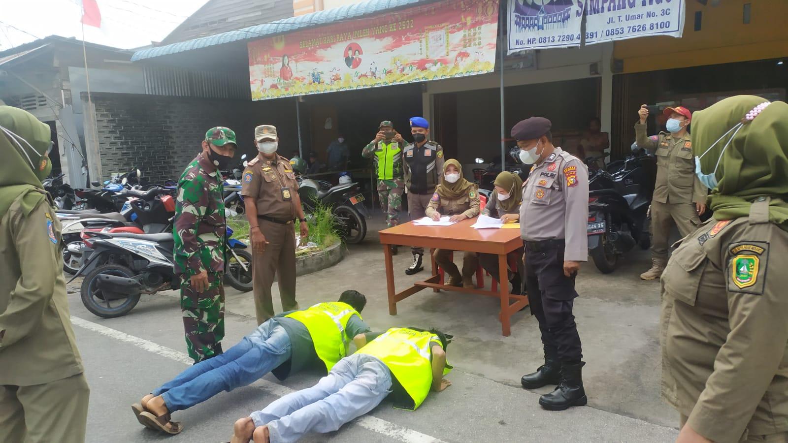 Foto Sebanyak 4 pelanggar prokes terjaring razia Di simpang jalan Ahmad Yani Selatpanjang.