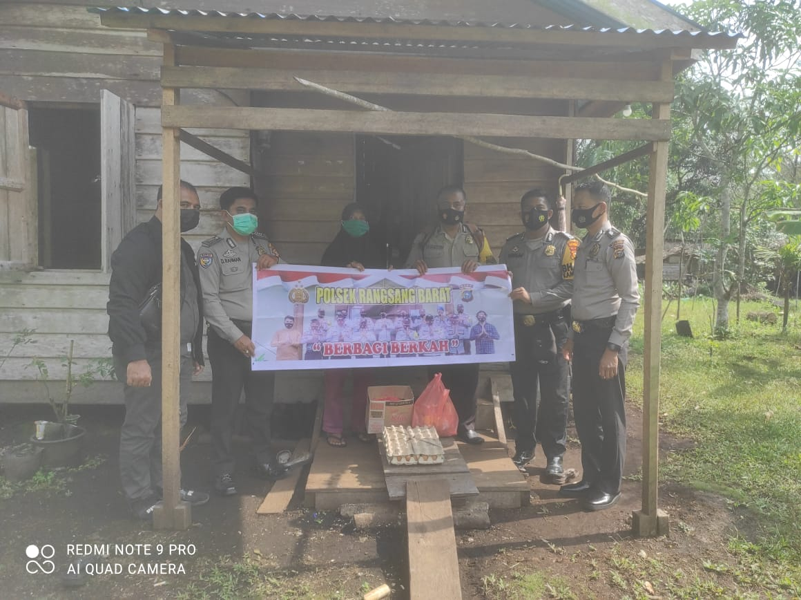 Foto personil Polsek Rangsang Barat saat memberikan bantuan kepada warga