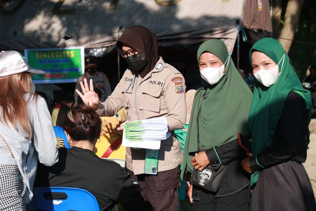 Foto personil polres Meranti saat lakukan Vaksinasi Massal bersama mahasiswa/i HMI, IMM dan PMII, di Taman Cikpuan dan Mapolsek Tebingtinggi.