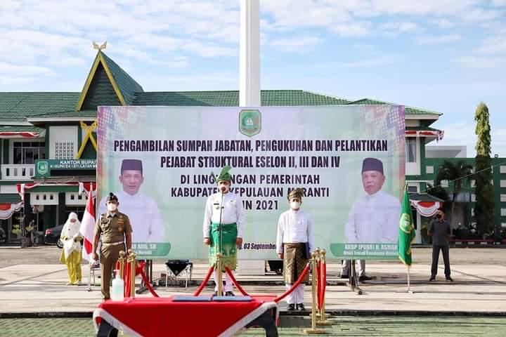 Foto Bupati Kepulauan Meranti H. Muhammad Adil SH saat melakukan pelantikan Pejabat Struktural Eselon II, III & IV.