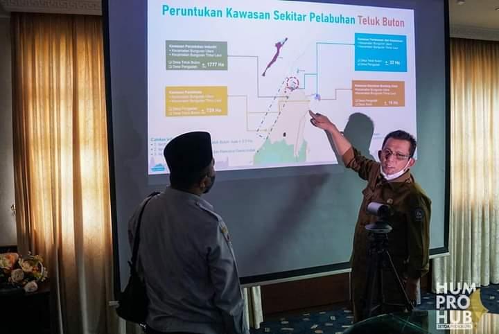 Gubernur Kepri H. Ansar Ahmad Saat Menunjukkan Lokasi Pembangunan Pelabuhan Samudra Teluk Buton Natuna Melalui Peta