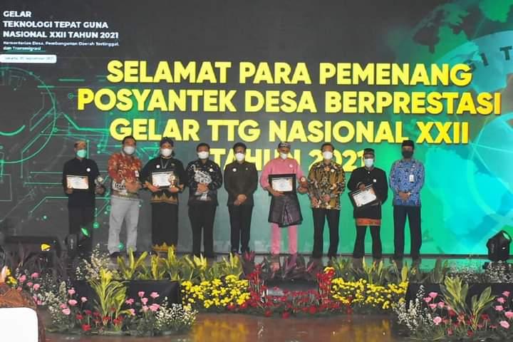 Foto Pemberian Penghargaan Kepada Provinsi Kepri Yang Meraih Juara 3 Dalam Lomba Teknologi Tepat Guna (TTG) Nasional XXII tahin 2021.(Sumber Foto Humpro)