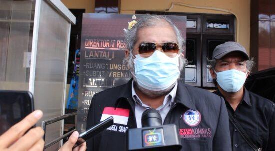 Foto Arist merdeka Sirait ketua komisi Nasional Perlindungan Anak Indonesia (KPAI) saat Di Kantonya.