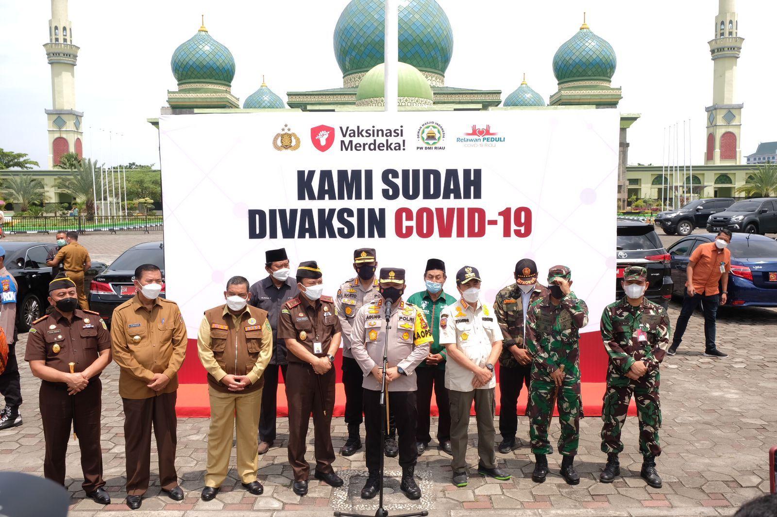 Foto saat Kapolda Riau lakukan vaksinasi masal di mesjid agung Pekanbaru.