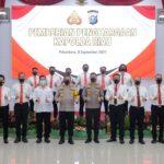 Foto bersama Kapolda Riau Irjen Agung Setia Imam Effendi saat memberikan penghargaan.