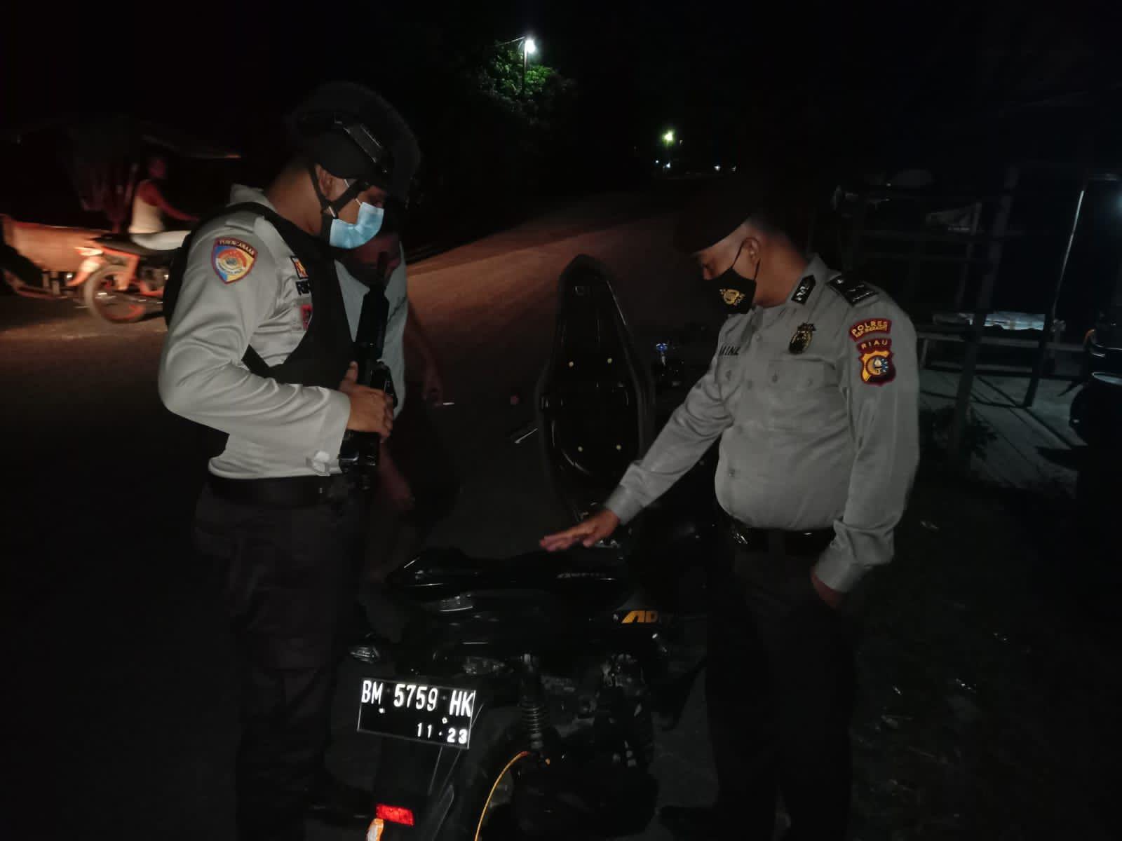 Foto personil Polsek Tebingtinggi Barat saat Patroli Cegah Kriminalitas di Malam Hari.