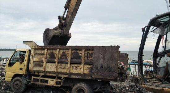 Foto fasilitas Mobil dan Beko Milik Pemda Meranti saat melakukan penimbunan.