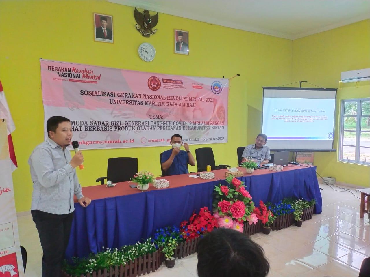 Ket Foto (dari kiri ke kanan) Aditya Hikmat Nugraha, S.Pi., M.Si, Sekdes Berakit Bpk. Majenur dan Aidil Fadly Ilhamdi, S.Pi, M.Si (Ketua Pokja GNRM UMRAH 2021)