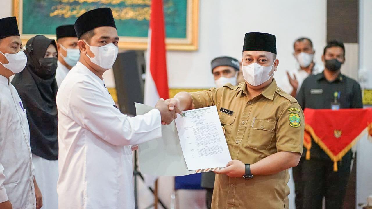 Bupati Lingga, H. Muhammad Nizar, S.Sos Menyerahkan SK Pelantikan Kepada Mubaligh Yang Baru Dilantik.