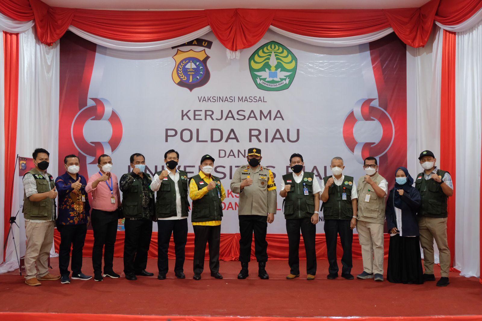 Foto Wakapolda Riau Brigjen Tabana Bangun Msi, saat melakukan Vaksinasi massal di kampus Unri.