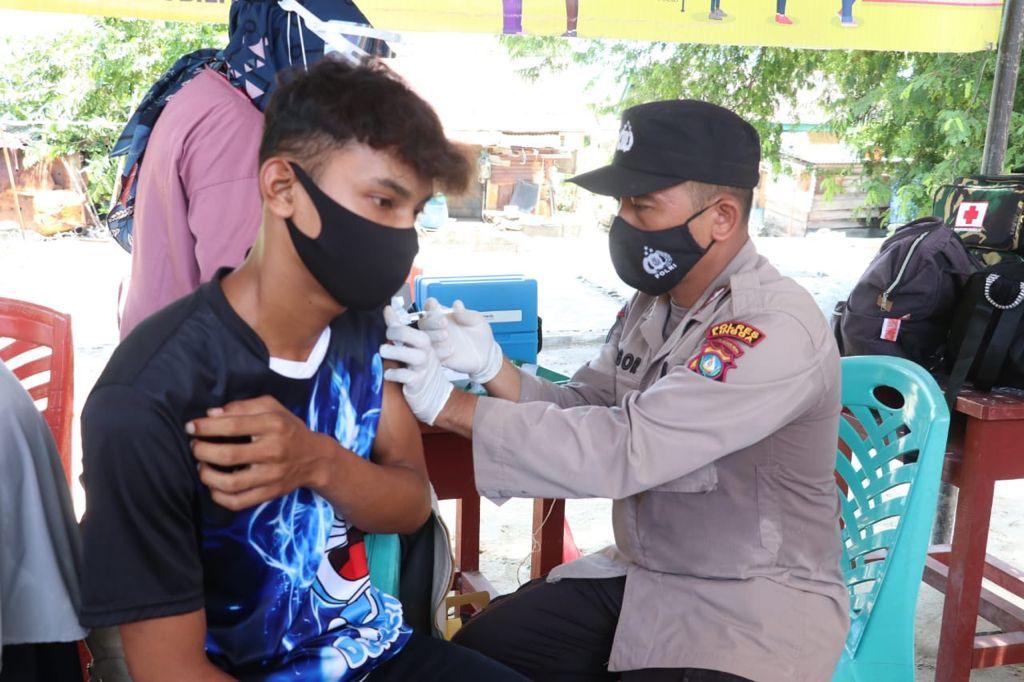 Tim Dari Polres Lingga Ikut Melakukan Suntik Vaksinasi Terhadap Peserta Vaksinasi
