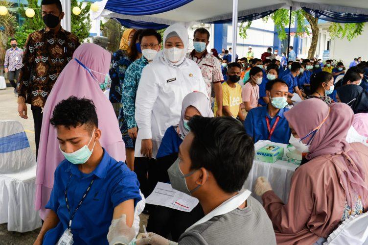 Wagub Marlin menghadiri penyuntikan dosis kedua vaksin astrazaneca untuk 1.700 karyawan PT Volex.