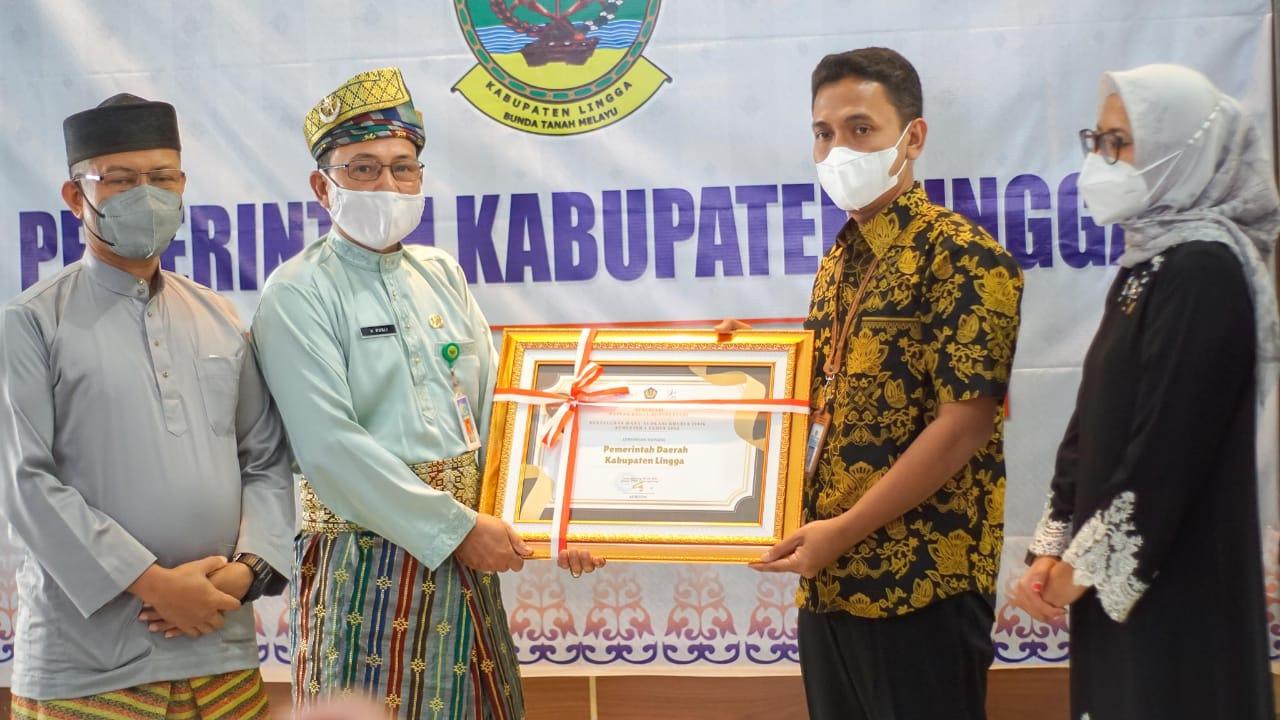 Asisten I Pemerintah dan Kesejahteraan Rakyat, Rusli Mewakili Bupati Lingga Dalam Menerima Penghargaan Dari KPPN Tanjungpinang