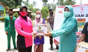 Ketua Bhayangkari Cabang Lingga Ny. Tricia Arief Robby