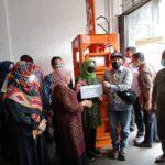 Serah Terima Bantuan Dari KKP-RI Melalui Walikota Tanjungpinang, Rahma Kepada Kelompok Penggiat Sampah