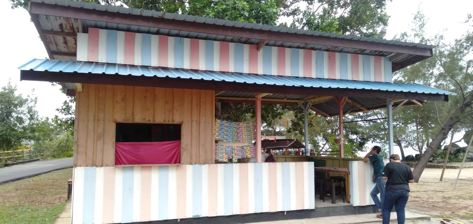 Foto Warung Di Tempat Wisata Batu Berdaun Kabupaten Lingga Yang Dibobol Oleh Maling