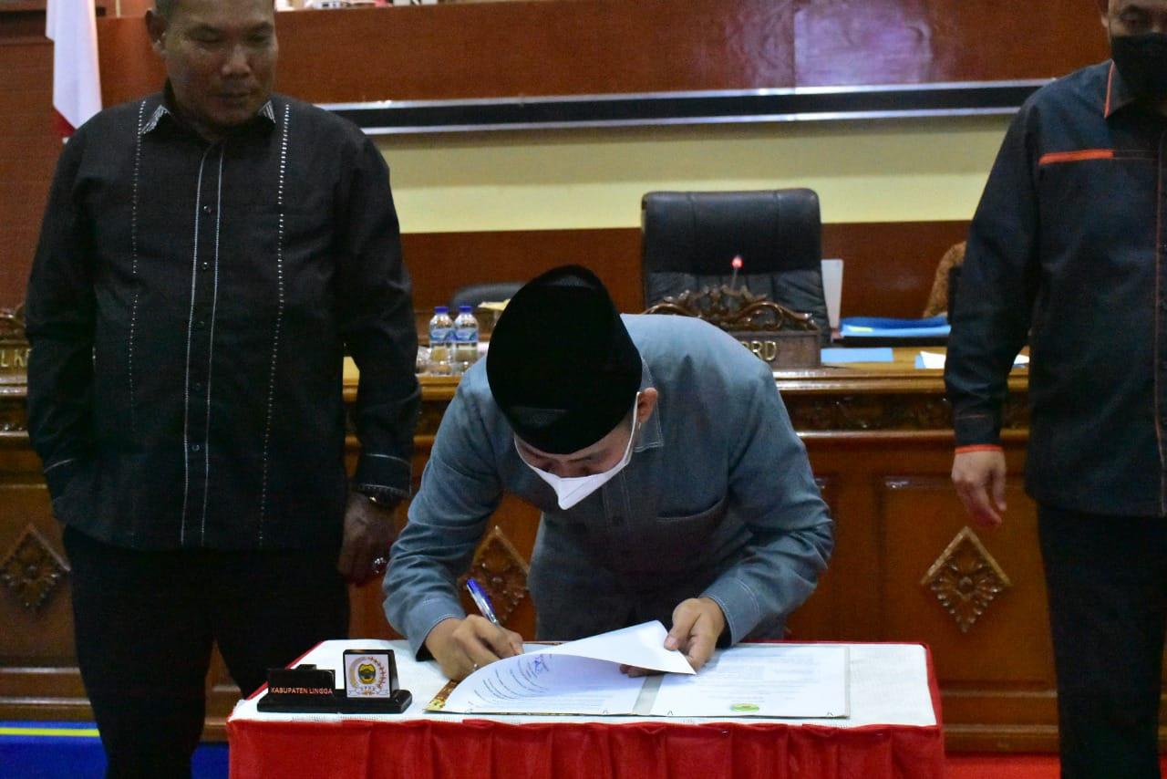 Ketua DPRD Kabupaten Lingga, Ahmad Nashiruddin Saat Menandatangani Pengesahan APBD-P Kabupaten Lingga
