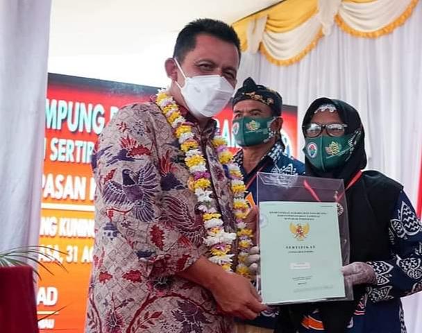 Penyerahan Sertifikat Tanah Oleh Gubernur Provinsi Kepri, H. Ansar Ahmad Kepada Masyarakat.