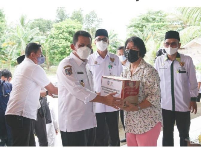 Gubernur Kepri, H. Ansar Ahmad Saat Memberikan Bantuan Kepada Masyarakat.