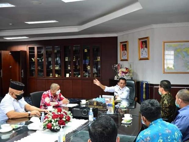 Gubernur H. Ansar Ahmad Saat Menerima Kunjungan Pimpinan Bank BNI dan Bank Riau Kepri Cabang Tanjungpinang.