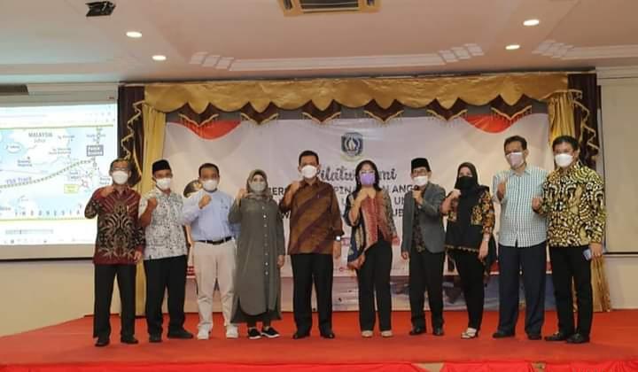 Foto Bersama Gubernur Ansar Dengan Anggota DPD-RI