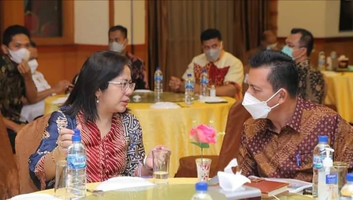 Gubernur Ansar Saat Berbincang Dengan Salah Satu Anggota DPD-RI
