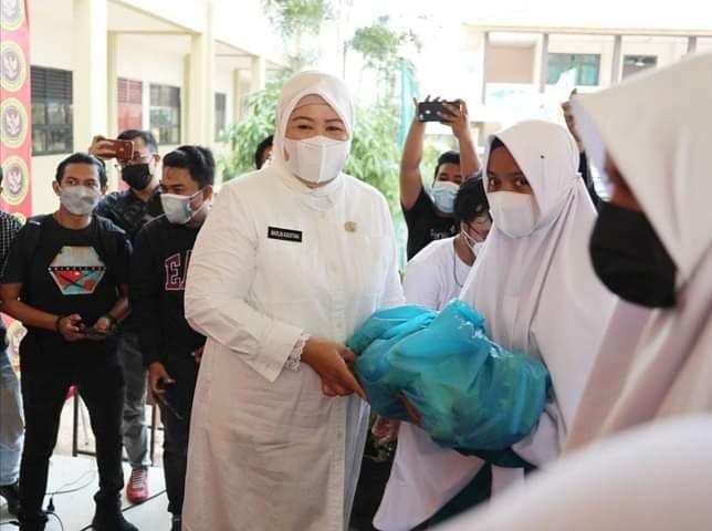 Wagub Kepri, Hj. Marlin Agustina Saat Menyerahkan Bantuan Ke Pondok Pesantren Darul Fallah Kota Batam