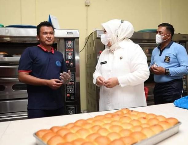 Wagub Kepri, Hj. Marlin Agustina Saat Meninjau Workshop Pembuatan Roti Di Lapas Oleh Warga Binaan.