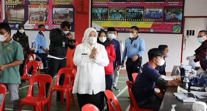 Wagub Kepri, Hj. Marlin Agustina Saat Meninjau Vaksinasi Di Lapas Batam