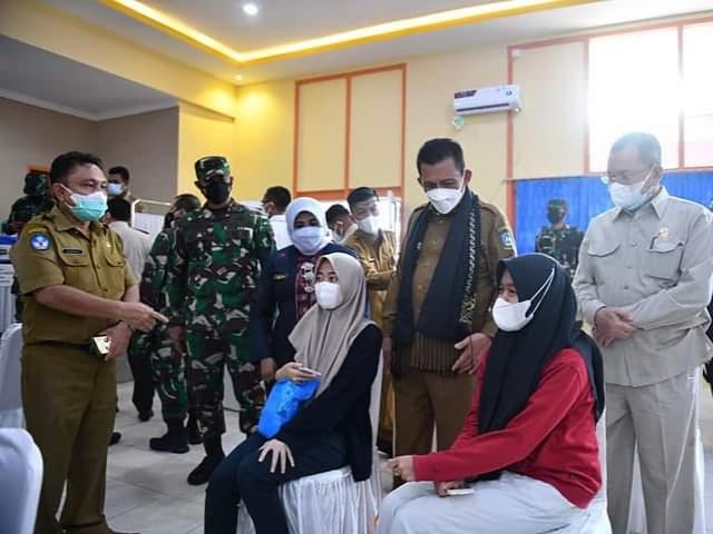 Gubernur Provinsi Kepulauan Riau, H. Ansar Ahmad.SE., MM Saat Meninjau Giat Vaksinasi Bagi Pelajar.