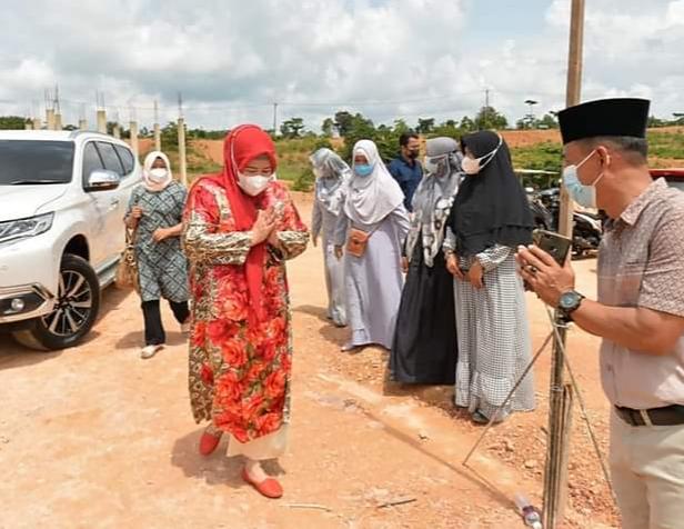 Wagub Kepri, Hj. Marlin Agustina Saat Menghadiri Pembangunan Masjid Raja Hamidah Di Kota Batam.