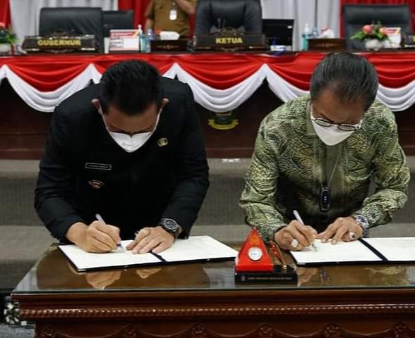 Gubernu Provinsi Kepri, H. Ansar Ahmad. SE., MM Dan Ketua DPRD Kepri, Jumaga Nadeak. SH. Saat Menandatangani Perubahan KUA Dan PPAS APBD 2021 Di DPRD Provinsi Kepri.
