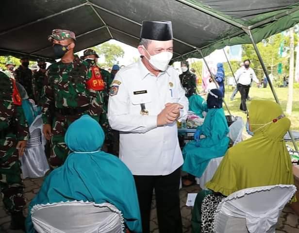 Usai Kegiatan Gubernur Kepri, H.Ansar Ahmad. SE. MM Menyempatkan Diri Untuk Bersembang Dengan Warga Yang Hadir.