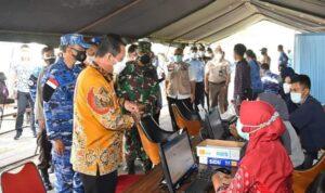 Gubernur H. Ansar Saat Berbincang Dengan Tim Vaksinasi