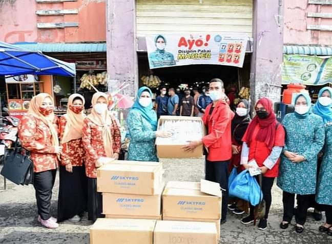 Ketua TP -PKK Provinsi Kepri Dewi Kumalasari Ansar saat menyerahkan bantuan masker di Pasar Mitra Raya Batam Centre, Kamis (23/9)